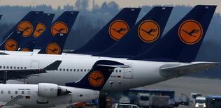 Planes of German flagship carrier Lufthansa are parked on tarmac at Munich's airport, December 1, 2014.   REUTERS/Michael Dalder