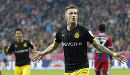 Jogador do Borussia Dortmund Marco Reus comemora gol marcado contra o Bayern de Munique durante partida pelo Campeonato Alemão, em Munique. 1/11/2014.  REUTERS/Michaela Rehle