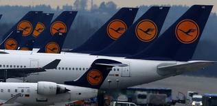 La compagnie allemande Lufthansa a annulé la moitié environ de ses vols long-courriers prévus pour jeudi en raison de la deuxième grève en une semaine de ses pilotes du fait d'un désaccord sur les départs à la retraite. /Photo prise le 1er décembre 2014/REUTERS/Michael Dalder