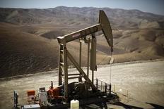 Una unidad de bombeo de crudo en Monterey Shale, EEUU, abr 29 2013. Los inventarios de petróleo en Estados Unidos cayeron más de lo esperado la semana pasada ante un mayor procesamiento en las refinerías de ese país, mientras que los de gasolina y  destilados aumentaron, mostró el miércoles un informe de la gubernamental Administración de Información de Energía.   REUTERS/Lucy Nicholson