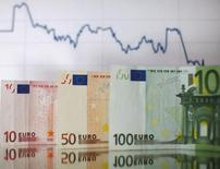 Le déficit public de la France sera largement sous la limite européenne de 3% du PIB en 2017, selon le ministre des Finances, Michel Sapin, qui a révisé comme prévu la prévision pour 2015 à 4,1% contre 4,3% auparavant. /Photo d'archives/REUTERS/Dado Ruvic