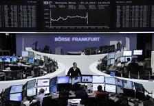 Les Bourses européennes se retournent à la baisse jeudi dans l'après-midi, les prévisions du président de la BCE Mario Draghi sur la croissance économique et l'inflation en zone euro et l'absence de confirmation de rachats de dette souveraine rapidement par l'institution décevant les investisseurs. /Photo prise le 4 décembre 2014/REUTERS/Remote