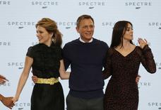 """Atores Lea Seydoux, Daniel Craig e Monica Bellucci durante evento do novo filme de James Bond, """"Spectre"""", nos estúdios da Pinewood, em Iver Heath, sul da Inglaterra. 4/12/2014  REUTERS/Stefan Wermuth"""