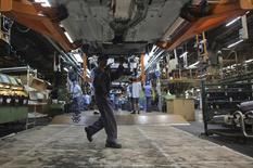 Funcionário monta carro da Ford na fábrica da empresa em São Bernardo do Campo. 13/08/2013 REUTERS/Nacho Doce