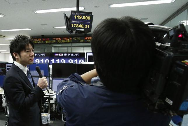 12月5日、円安が猛スピードで進んでいる。2007年からの円高は4年かけて40円の円高が進んだが、今回は2年で40円の円安となった。120円を超える急速な円高を報道するテレビ局(2014年 ロイター/Yuya Shino)