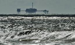 Нефтегазовая платформа у побережья Алабамы 5 октября 2014 года. Мировые нефтегазовые компании могут в будущем году отложить проекты по разведке углеводородов на общую сумму $150 миллиардов в связи с падением цен на нефть, подсчитали аналитики. REUTERS/Steve Nesius