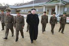 Líder norte-coreano, Kim Jong Un, inspeciona Companhia de Artilharia em foto de divulgação, sem data, da agência de notícias norte-coreana, divulgada em 02/12/2014. REUTERS/KCNA