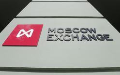 Логотип Московской биржи на здании биржи 14 марта 2014 года. Российский рынок акций впервые за последнее время не следует за рублем, а снижается и в рублевых, и в валютных котировках. REUTERS/Maxim Shemetov