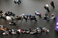 Imagen de archivo de personas en busca de trabajo en una feria laboral en Denver. 9 abril, 2013. Los empleadores estadounidenses incorporaron en noviembre la mayor cantidad de trabajadores en casi tres años al tiempo que crecieron los salarios, lo que podría acercar a la Reserva Federal a una subida de las tasas de interés. REUTERS/Rick Wilking