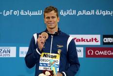 Nadador brasileiro Cesar Cielo mostra medalha de bronze conquistada nos 50m livre no Mundial de piscina curta de Doha, no Catar.  05/12/2014 REUTERS/Divulgação/Satiro Sodre/SSPress