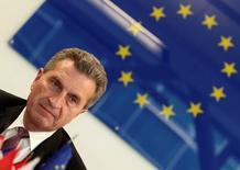 Le commissaire européenne à l'économie numérique Günther Oettinger a déclaré au magazine allemand Focus que le plan d'investissement de la Commission européenne comprendrait pour plus de 10 milliards d'euros de dépenses en technologies de l'information. /Photo d'archives/REUTERS/Heinz-Peter Bader