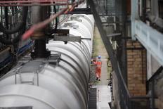 Рабочий готовит к отправке состав с бензином на НПЗ PCK в Шведте 20 октября 2014 года. Цены на нефть снижаются, после того как банк Morgan Stanley снизил прогноз цен на Brent. REUTERS/Axel Schmidt