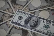 Купюры валют доллар США и иена в Токио 28 февраля 2013 года. Курс доллара к иене вернулся к максимуму семи лет после неожиданно хорошего показателя занятости в США, позволяющего ФРС раньше прогнозов повысить процентные ставки. REUTERS/Shohei Miyano