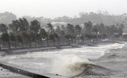 """Прибрежный район города Легаспи на филиппинском острове Лусон во время тайфуна """"Хагупит"""" 7 декабря 2014 года. Количество погибших в результате тайфуна """"Хагупит"""" на Филиппинах выросло в понедельник до 21, сообщило местное отделение Красного креста. REUTERS/Stringer"""