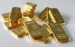 Слитки золота в хранилище в Цюрихе 20 ноября 2014 года. Цены на золото держатся чуть ниже $1.200 за унцию на фоне роста курса доллара до пятилетнего максимума после публикации отчета о занятости в США. REUTERS/Arnd Wiegmann