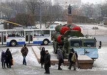 Пусковая установка комплекса С-400 у Театра российской армии в Москве 8 декабря 2014 года. Военные установили в центре Москвы зенитные ракетные комплексы С-400 и Панцирь-С, демонстрируя мощь российских вооружённых сил, чья активизация беспокоит НАТО. REUTERS/Sergei Karpukhin