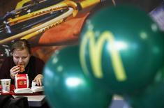 McDonald's a annoncé lundi une baisse plus forte que prévu des ventes de ses restaurants en novembre, sous l'effet d'une concurrence de plus en plus vive aux Etats-Unis et des retombées d'un scandale alimentaire en Chine. /Photo prise le 19 novembre 2014/REUTERS/Sergei Karpukhin