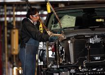 Una empleada trabaja en un vehículo en la planta de General Motors en Silao, México, nov 25 2008. La producción de vehículos en México subió un 11.4 por ciento en noviembre en tasa interanual, mientras que las exportaciones crecieron un 5.8 por ciento, dijo el lunes la Asociación Mexicana de la Industria Automotriz (AMIA).      REUTERS/Henry Romero/Files