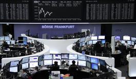 Operadores en sus estaciones de trabajo en la bolsa alemana en Fráncfort, dic 8 2014. Las acciones europeas bajaron el lunes, recortando parte de sus fuertes ganancias de la sesión anterior cuando impactó un recorte de la calificación de crédito a Italia y débiles datos económicos de China y Japón.      REUTERS/Remote/Stringer