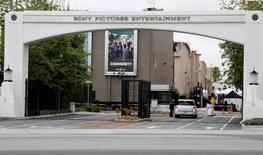 "Le groupe qui a revendiqué le piratage informatique dont les studios Sony Pictures Entertainment (SPE) ont été victimes fin novembre réclame l'annulation de la sortie du film ""The Interview"", qui met en scène un complot contre le dirigeant nord-coréen Kim Jong Un. /Photo d'archives/REUTERS/Fred Prouser"