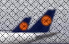 Lufthansa estime que les grèves lui ont coûté près de 200 millions d'euros cette année, après deux nouveaux arrêts de travail des pilotes ayant entraîné l'annulation de milliers de vols la semaine dernière. /Photo prise le 1er décembre 2014/REUTERS/Michael Dalder