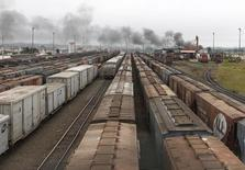 Trens com carregamento de soja estacionados no porte de Paranaguá, em Curitiba. 15/03/2011. REUTERS/Rodolfo Buhrer