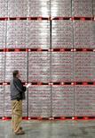 Un empleado realiza un inventario de cajas de la gaseosa Diet Coke en la planta de Coca-Cola Swire en Draper, EEUU, mar 9 2011. Los inventarios mayoristas de Estados Unidos subieron más de lo previsto en octubre, lo que podría llevar a los economistas a elevar sus proyecciones del crecimiento económico del cuarto trimestre.  REUTERS/George Frey