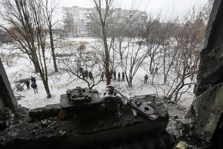 Toys are left at the window of a destroyed flat after what locals say was night shelling in Donetsk December 9, 2014. REUTERS/Maxim Shemetov