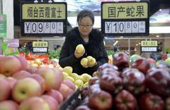 L'indice des prix à la consommation, principal indicateur de l'inflation, a augmenté en novembre de 1,4% en rythme annuel en Chine -sa plus faible hausse depuis cinq ans, après 1,6% en octobre, selon le Bureau de la Statistique. /Photo prise le 10 décembre 2014/REUTERS