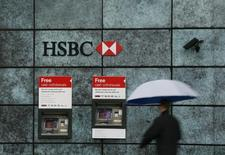A man walks past a HSBC bank branch in the City of London November 12, 2014.  REUTERS/Stefan Wermuth