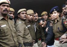 Policiais escoltam o motorista Shiv Kumar Yadav (de jaqueta preta), acusado de estupro, em Nova Dhéli. 8/12/2014. REUTERS/Adnan Abidi