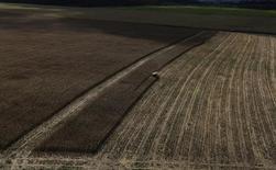 Trator trabalhando em plantação de trigo. 23/04/2013 REUTERS/Nacho Doce