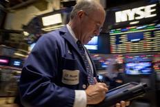 La Bourse de New York a ouvert en baisse, toujours affectée par les préoccupations des investisseurs sur la conjoncture économique mondiale. Dans les premiers échanges, le Dow Jones perd 0,28%, à 17.751,17 points. /Photo prise le 4 décembre 2014/REUTERS/Brendan McDermid