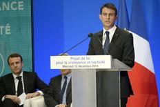 Face aux critiques parfois vives émanant du Parti socialiste, Manuel Valls est monté en première ligne mercredi pour défendre le projet de loi sur la croissance et l'activité,, porté par son ministre de l'Economie, Emmanuel Macron, et conçu pour augmenter le potentiel de l'économie française. /Photo prise le 10 décembre 2014/REUTERS/Lionel Bonaventure/Pool