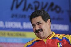 """El presidente de Venezuela, Nicolás Maduro, en Caracas, nov 8 2014. Venezuela está haciendo """"todo"""" lo que está a su alcance para que el precio del barril de petróleo rebote, dijo el miércoles el presidente Nicolás Maduro, quien agregó que la cesta venezolana tocó los 57 dólares por barril esta semana, marcando un nuevo mínimo de cinco años. REUTERS/Miraflores Palace/Handout via Reuters IMAGEN SOLO PARA USO EDITORIAL, PROPIEDAD DE TERCEROS"""