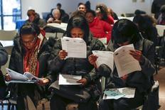 Personas llenan formularios de aplicación antes de una sesión de pruebas para un trabajo en Nueva York. Imagen de archivo, 4 marzo, 2014. El número de estadounidenses que presentaron nuevas solicitudes de subsidios por desempleo disminuyó la semana pasada, lo que apunta a un fortalecimiento del mercado laboral. REUTERS/Shannon Stapleton