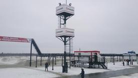 Vista de un complejo petrolero cerca del pueblo de Kogalym. Imagen de archivo, 8 octubre, 2014. La producción de petróleo de Rusia podría alcanzar entre 526 y 528 millones de toneladas (de 10,56 a 10,60 millones de barriles por día) el próximo año y el país exportará crudo de acuerdo a la demanda, dijo el viceministro de Energía, Kirill Molodtsov.  REUTERS/Olesya Astakhova