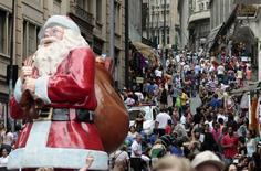 Personas caminan por una avenida comercial en el centro de Sao Paulo. Imagen de archivo, 4 diciembre, 2014. Los minoristas brasileños anticipan su peor temporada navideña en una década y las señales apuntan a un Año Nuevo no muy feliz. REUTERS/Paulo Whitaker