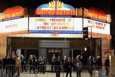 """Seguranças na entrada do cinema na première de """"A Entrevista"""", em Los Angeles. 12/12/2014  REUTERS/Kevork Djansezian"""