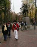 Un guide touristique au pied d'une statue de Paul Revère, à Boston. Une boîte enterrée par Paul Revere, l'un des héros de la guerre d'indépendance américaine, a été retrouvée jeudi à l'occasion de travaux de réfection dans les bâtiments du Congrès de l'Etat du Massachusetts. La boîte va être examinée aux rayons X et ne sera ouverte que s'il est établi que l'opération n'endommagera pas le contenu. /Photo d'archives/REUTERS/Brian Snyder