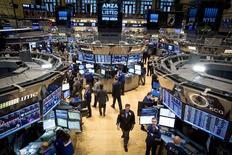 """La Réserve fédérale tient cette semaine sa dernière réunion de comité de politique monétaire de l'année et, au vu de la bonne santé de l'économie des Etats-Unis, tous les intervenants de Wall Street se demandent si la banque centrale américaine va arrêter de dire que les taux d'intérêt resteront encore bas pendant une """"période considérable"""". /Photo prise le 4  décembre 2014/REUTERS/Brendan McDermid"""