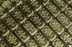 Слитки золота в штаб-квартире  GSA Austria в Вене 22 июля 2013 года. Цены на золото снижаются после максимального за два месяца недельного роста на фоне ожиданий, что ФРС готовится к повышению процентных ставок. REUTERS/Leonhard Foeger