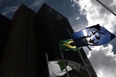 Una bandera brasileña vista en las afueras de la sede del Banco Central de Brasil en Brasilia. Imagen de archivo, 15 enero, 2014.  Economistas rebajaron sus pronósticos de crecimiento para Brasil en 2014 y 2015, según el sondeo semanal Focus que elabora el Banco Central. REUTERS/Ueslei Marcelino