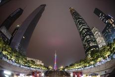 La  torre de televición de Cantón vista entre rascacielos en Guangzhou. Imagen de archivo, 6 noviembre, 2014. El planificador económico de China aprobó la construcción de carreteras y un aeropuerto por 192.000 millones de yuanes (31.000 millones de dólares), en el más reciente esfuerzo del Gobierno por incrementar la inversión y el respaldo a una economía en desaceleración. REUTERS/Alex Lee