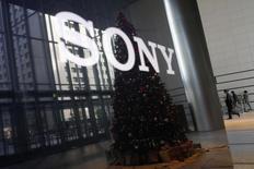 El logo de Sony Corp con un árbol navideño reflejado visto en la sede de la compañia en Tokio. Imagen de archivo, 18 noviembre, 2014.  Sony Pictures Entertainment dijo a algunos medios que dejaran de informar sobre el contenido de documentos robados por piratas informáticos que atacaron la red de computadoras de la compañía el mes pasado, según tres reportes. REUTERS/Toru Hanai