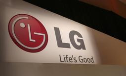 Логотип LG на выставке Consumer Electronics Show (CES ) в Лас-Вегасе 6 января 2014 года. Южнокорейская LG Electronics Inc выпустит в продажу новую линейку высокотехнологичных телевизоров в начале 2015 года, пытаясь изменить ситуацию, при которой производимые ей приборы на основе светодиодов слишком дороги для большинства покупателей. REUTERS/Robert Galbraith