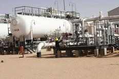 """Vista general del campo petrolero de El Sharara en Libia. Imagen de archivo, 3 diciembre, 2014. La producción de crudo de Libia ha caído """"significativamente"""" esta semana después de que los dos grandes puertos petroleros del país, Es Sider y Ras Lanuf, detuvieron sus operaciones por enfrentamientos en zonas aledañas, dijo el martes la estatal National Oil Corp (NOC). REUTERS/Ismail Zitouny"""