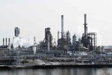 El petróleo caía el martes por debajo de 59 dólares por barril, por primera vez desde mayo del 2009, ampliando una ola vendedora de seis meses debido a que la desaceleración de la actividad fabril en China y la depreciación de las monedas en mercados emergentes aumentaban las preocupaciones sobre la demanda.  En la imagen, una refinería de petróleo en Filadelfia en una fotografía de archivo tomada el 4 de diciembre de 2014. REUTERS/Tom Mihalek