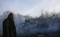 Мужчина у танка пророссийских сепаратистов под Россыпным, Украина 15 декабря 2014 года. Госсекретарь США Джон Керри сказал, что Россия в последние дни сделала конструктивные шаги в сторону возможного смягчения напряженности на Украине, и выразил уверенность, что США и Евросоюз пересмотрят санкции, если это движение продолжится. REUTERS/Maxim Shemetov