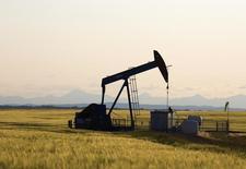 Imagen de archivo de una unidad de bombeo de crudo en Calgary, Canadá, jul 21 2014. El petróleo caía el martes por debajo de 59 dólares por barril, por primera vez desde mayo del 2009, ampliando una ola vendedora de seis meses debido a que la desaceleración de la actividad fabril en China y la depreciación de las monedas en mercados emergentes aumentaban las preocupaciones sobre la demanda.  REUTERS/Todd Korol
